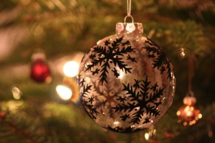 Christmas_bauble_black_and_white